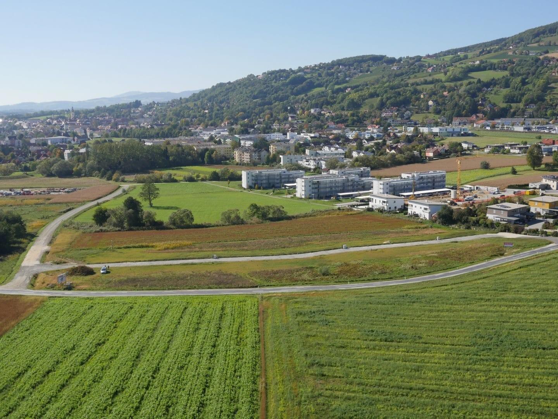 Stueck Land mit Wiese, Felder und Strassen