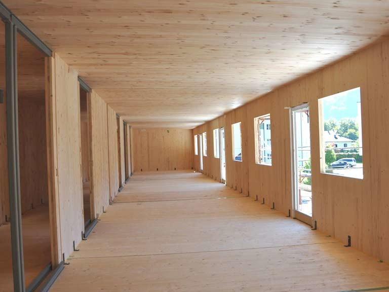 Großer Raum mit Innenverkleidung aus Holz
