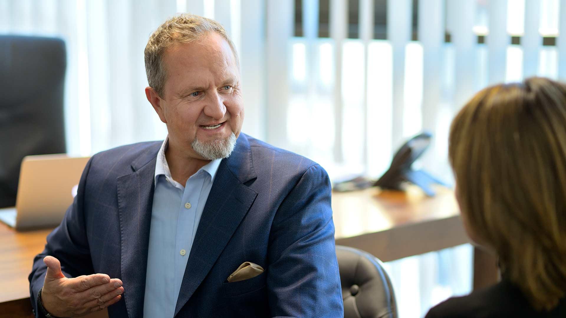 Wolfgang Stabauer redet mit Kundin ueber Investitionsmoeglichkeiten der Vorsorgewohnungen